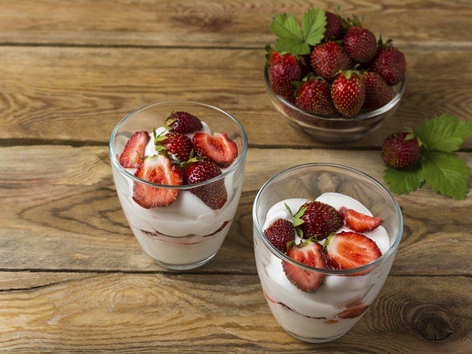 bicchiere fragole e yogurt