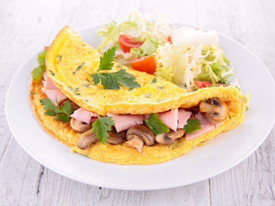 Omelette con prosciutto cotto e funghi